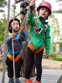 2- ja 5-vuotiaat kiipeää.