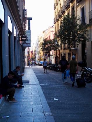 Miehet odottavat kauppojen edessä