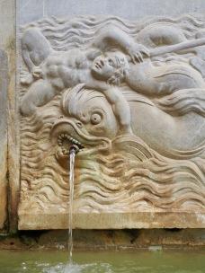 Suihkulähteiden koristeita