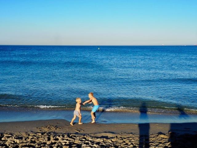lapset-rannalla.jpg