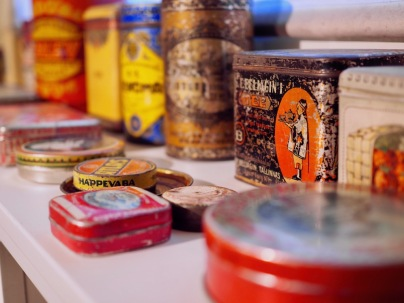 Peltipurkkeja ja astioita