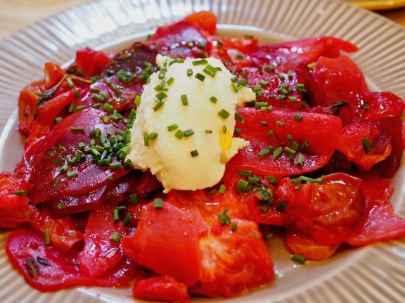 Ricottaa, tomaattia ja kuulemma punajuurta