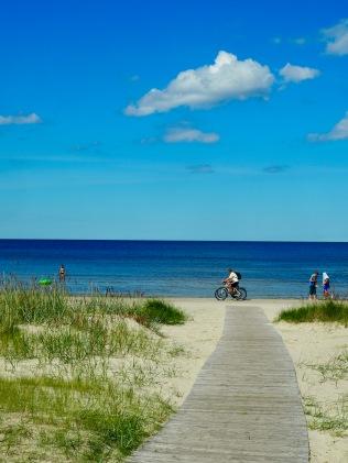 Polkua pitkin rannalle