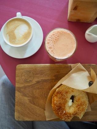 Kahvi, sitrusmehu ja bagel
